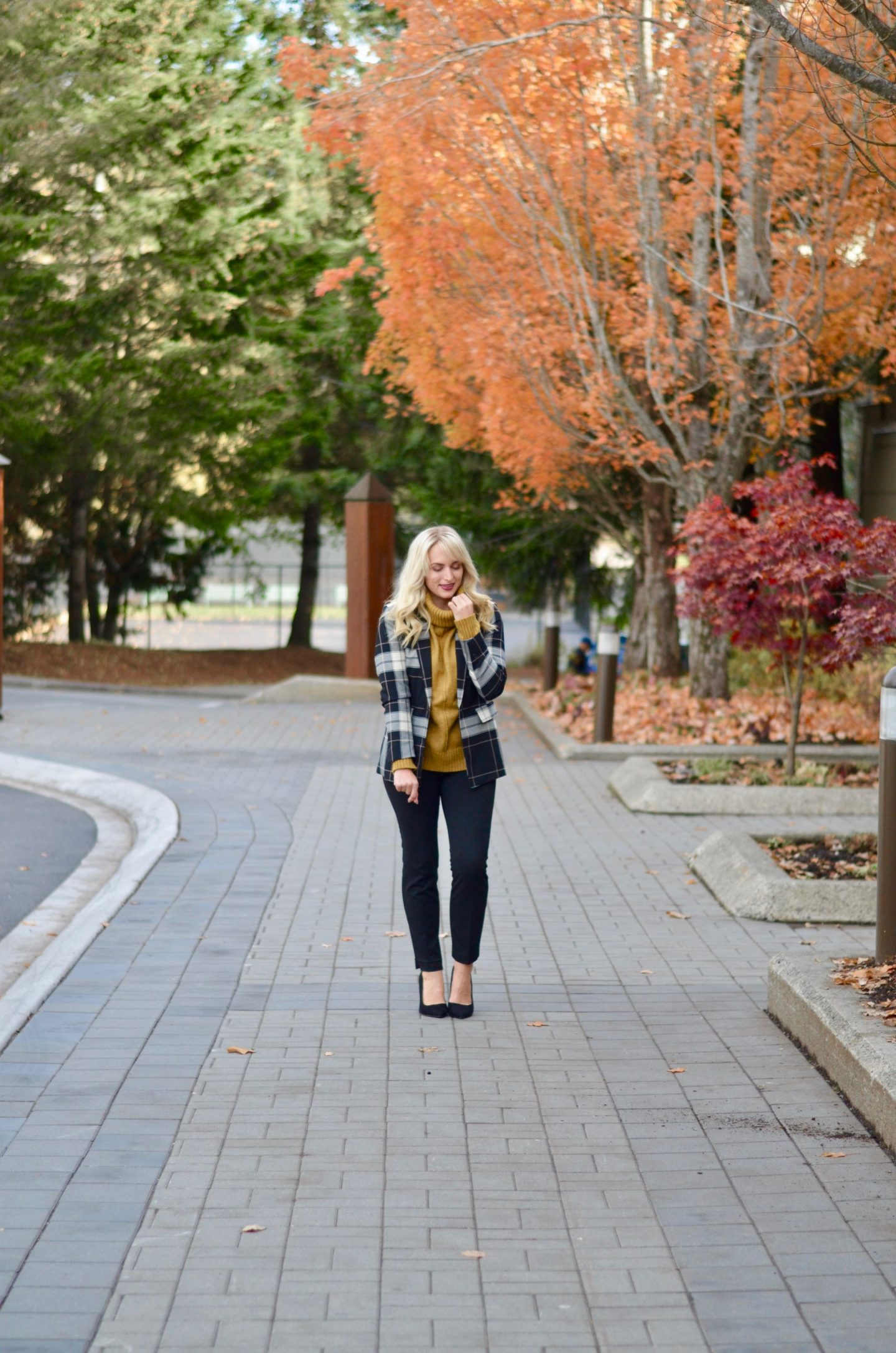 what to wear with mustard yellow plaid blazer. how to layer for work